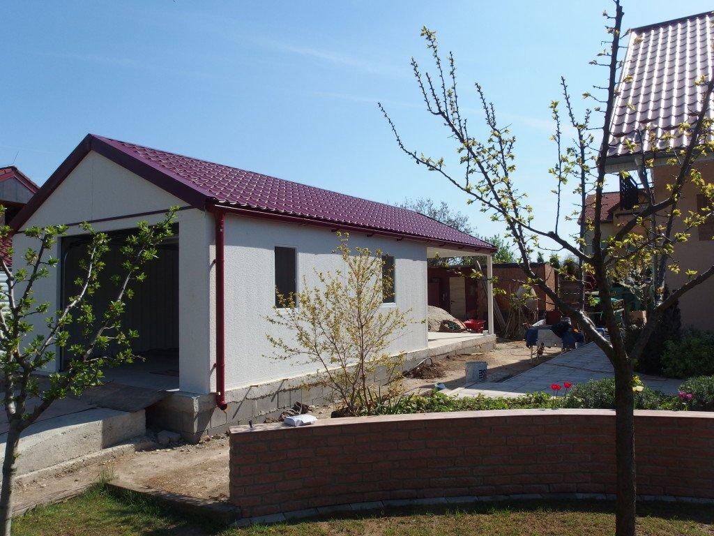 Eine montierte Garage mit rotem Satteldach