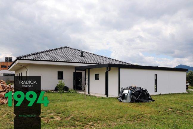 Eine GARDEON Garage mit Pultdach bei einem Familienhaus mit Walmdach