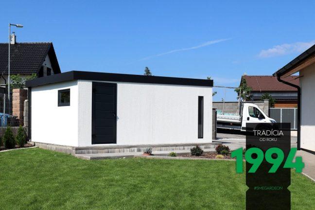Ein schlichtes weißes Gartenhaus mit dem Zubehör in der Farbe anthrazit