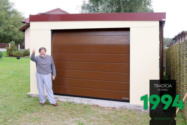 Ein weiterer zufriedene Kunde von GARDEON vor seiner neuen gelben Garage