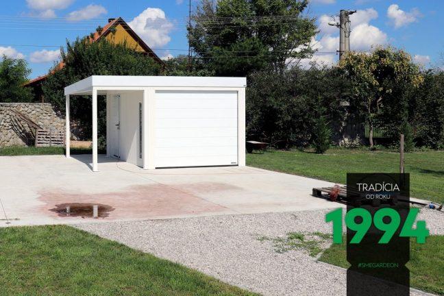 Eine komplett weiße Garage mit einer kleinen Überdachung