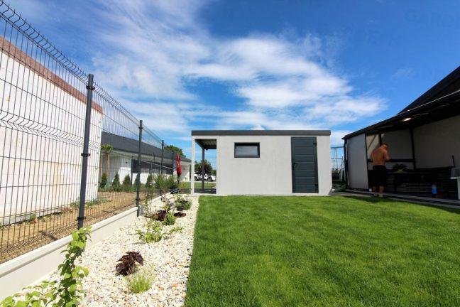 Das GARDEON Gartenhaus mit Vordach und einer Tür von Hörmann