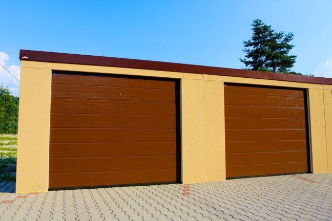 Garagen für 2 Autos mit braunen Toren von Hörmann
