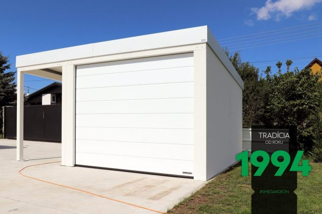 Eine weiße Garage mit Überdachung und auch mit Zubehör in weiß
