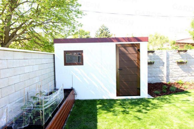 Gartenhaus mit weißem Putz und braunem Zubehör