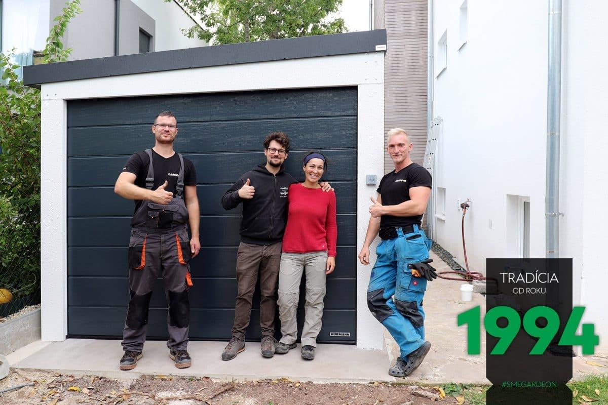 Unsere Monteure und die zufriedenen Kunden vor der neuen GARDEON Einzelgarage