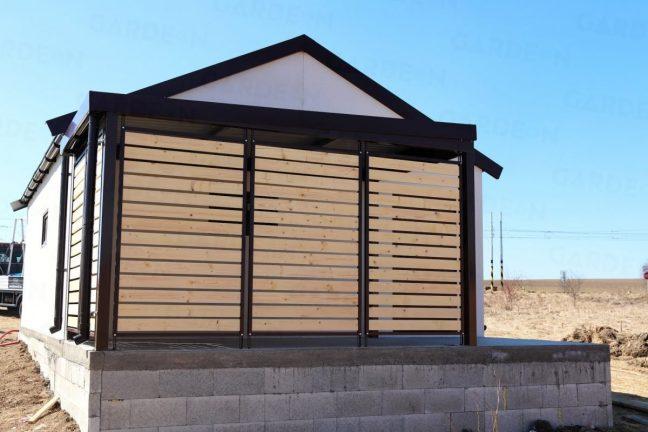 Eine GARDEON Überdachung in anthrazit, inkl. Wandausfüllungen bei einer Doppelgarage mit Satteldach