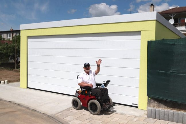 Ein zufriedener Kunde vor seiner neuen GARDEON Garage