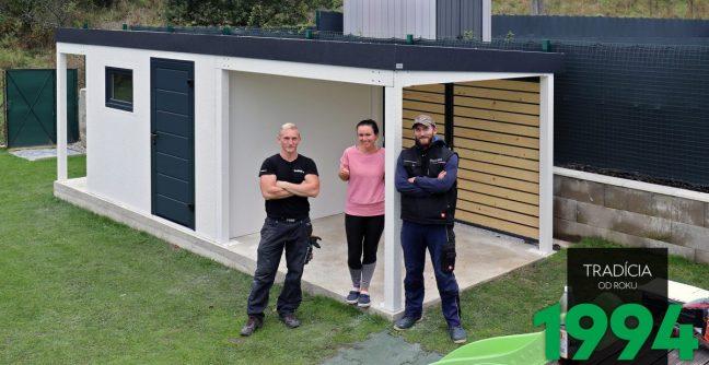 GARDEON - zufrieden Kundin mit den Monteuren vor ihrem neuen Gartenhaus