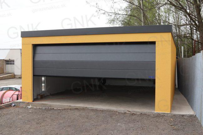 Eine Doppelgarage in dunkel-gelb mit dem Hörmann Tor in anthrazit