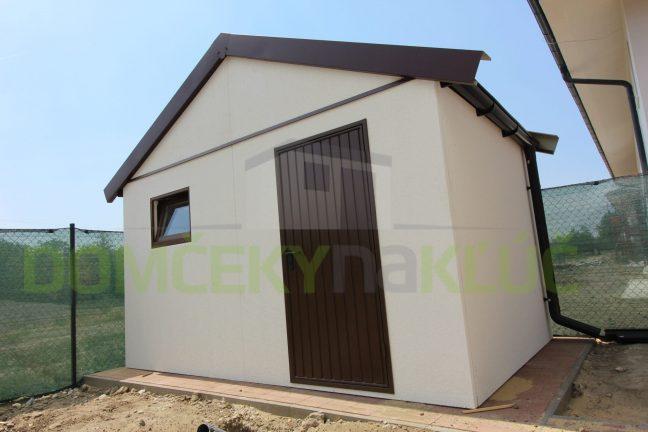Ein montiertes Gartenhaus von GARDEON mit einem Satteldach in braun