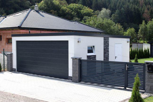 Eine Doppelgarage von GARDEON mit 1 breiten Tor bei einem Familienhaus mit Walmdach