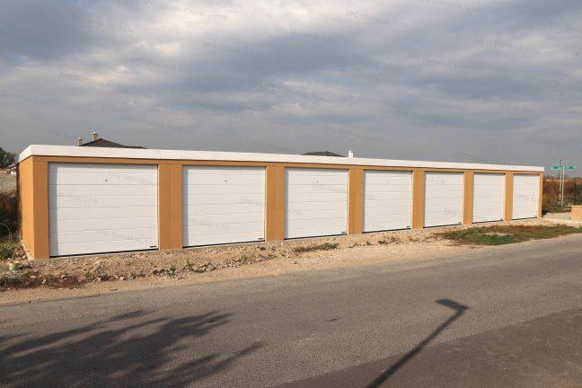 Eine moderne Reihengarage für 7 Autos in dunkel-gelb mit weißen Toren von Hörmann