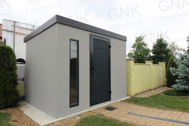 Ein montiertes Gartenhaus in licht-grau mit Zubehör in anthrazit und einem Flachdach