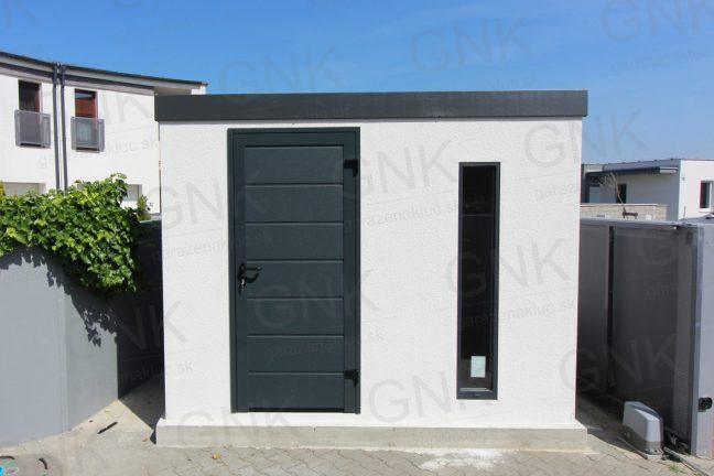 Ein weißer Lagerraum für Gartenwerkzeug mit einer gedämmten Tür LPU40 von Hörmann in anthrazit