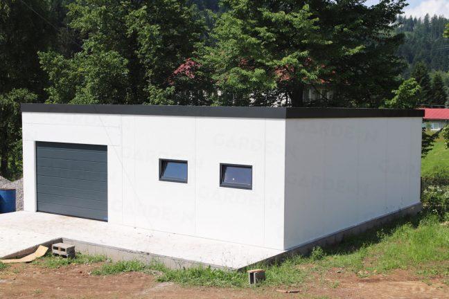 Ein montierter Lagerraum aus Stahl in weiß