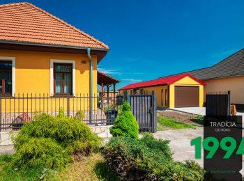 Individuelle Garage mit Satteldach neben einem Familienhaus