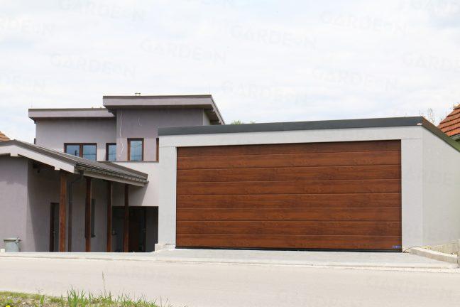 Eine Doppelgarage aus Stahl bei einem Familienhaus