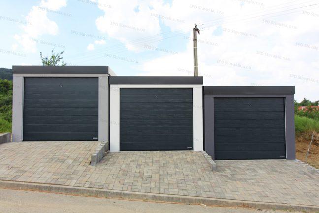 Drei Garagen mit den Sektionaltoren von Hörmann