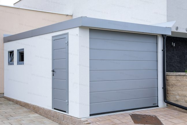 Eine montierte GARDEON Einzelgarage in weiß, mit Zubehör in Aluminium-weiß