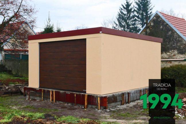 Die fertigmontierte GARDEON Garage mit einem Hörmann Tor