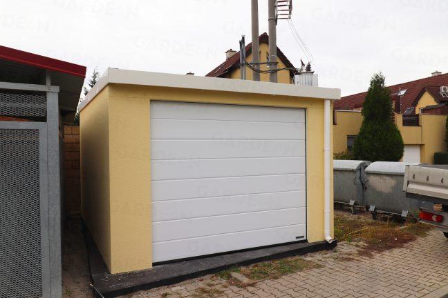 Eine licht-gelbe Einzelgarage mit weißem Tor