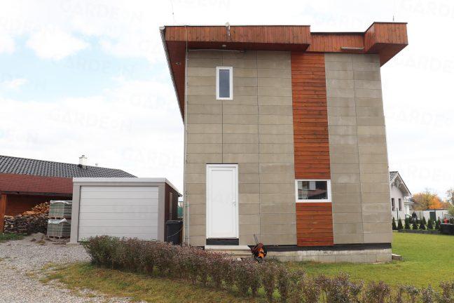 Eine Einzelgarage bei einem Familienhaus