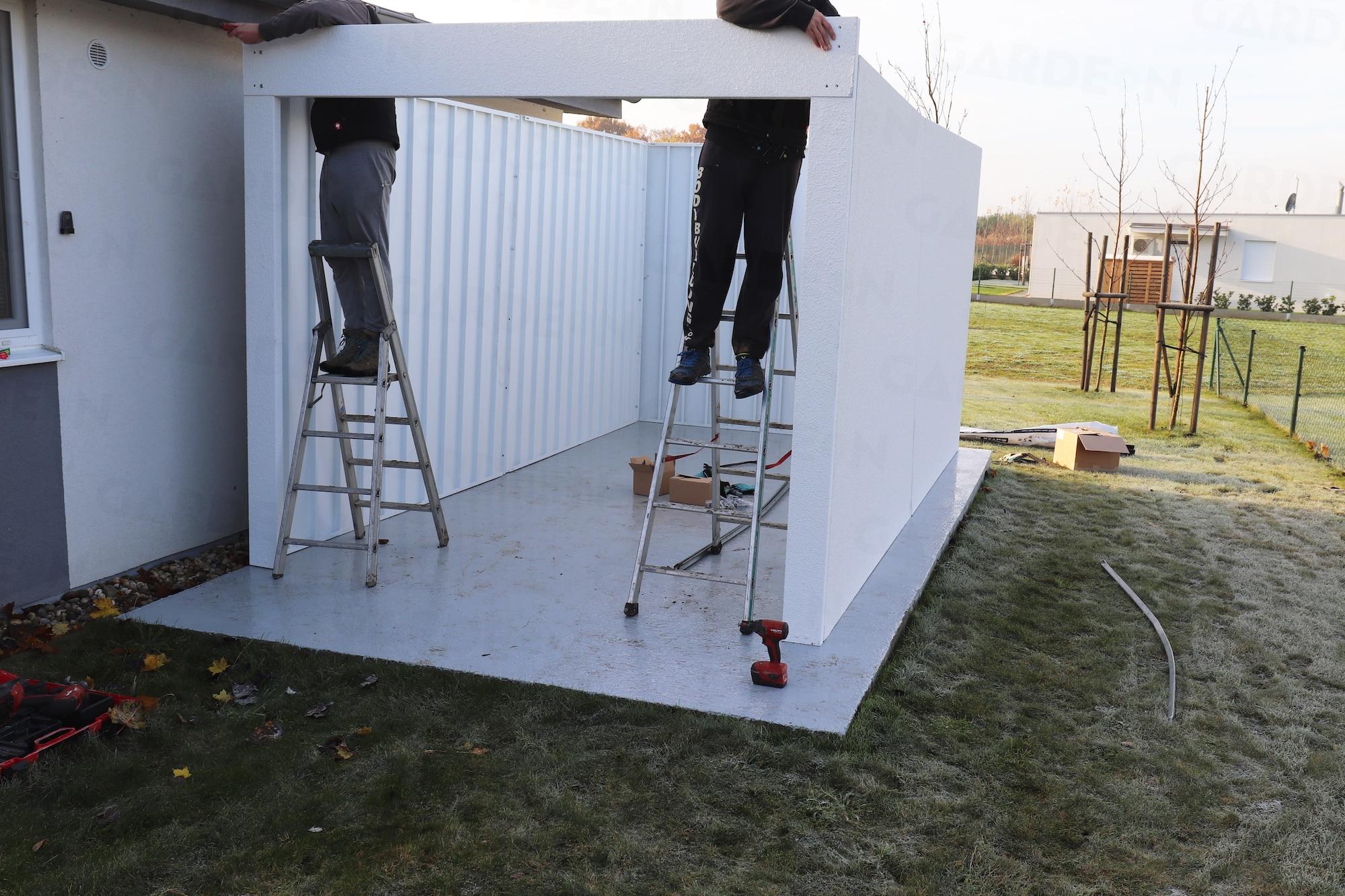 Die Montage der Wände einer Garage von GARDEON