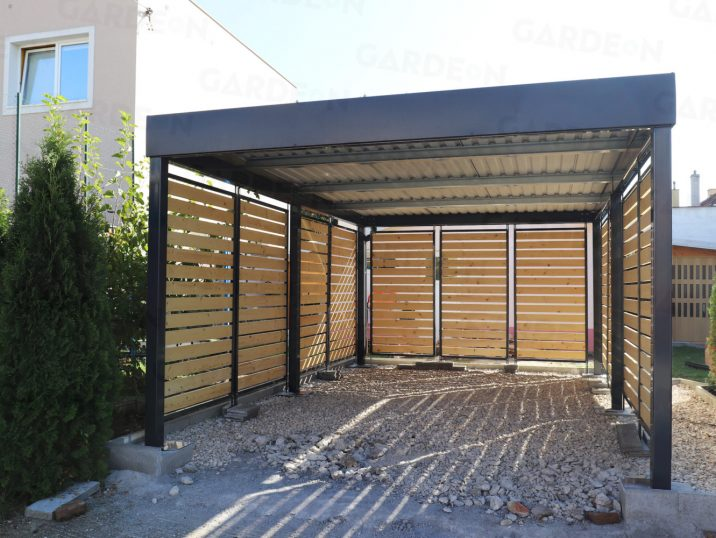 Ein Stahlcarport in anthrazit mit Holzausfüllungen