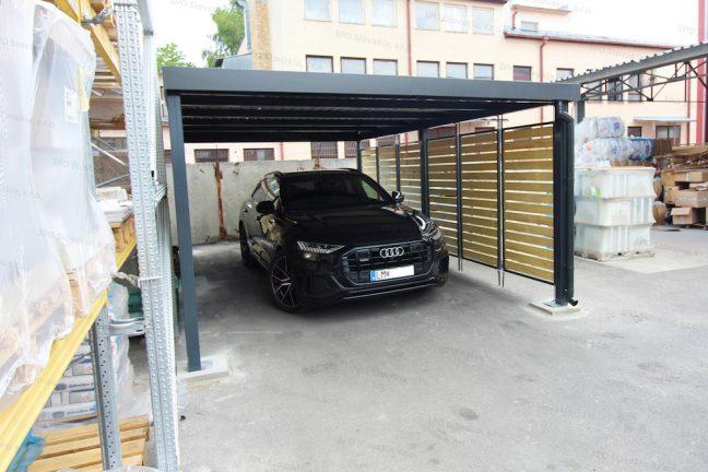Ein Audi geparkt unter dem Carport von GARDEON mit Holzlatten