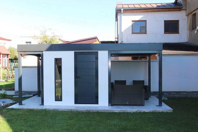 Ein montiertes Gartenhaus mit 2 Überdachungen