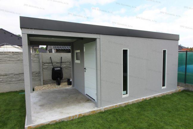 Ein Gartenhaus in licht-grau mit einer Überdachung an seiner vorderen Seite
