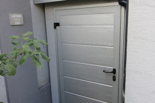 Ein atypisches Gartenhäuschen in weiß mit Zubehör in Aluminium-weiß