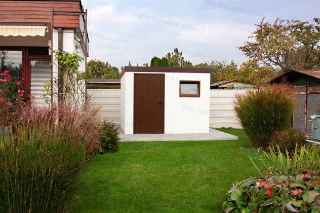 Ein Gartenhäuschen in weiß auf dem Garten neben einem Familienhaus