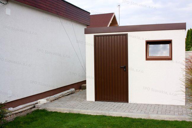 Ein modernes weißes Gartenhaus mit Zubehör in braun und mit einem Flachdach