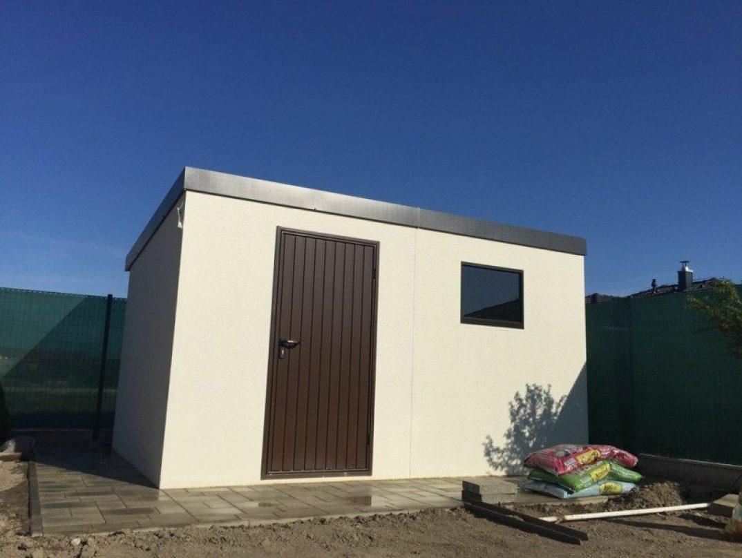 Modernes Gartenhäuschen mit brauner Tür