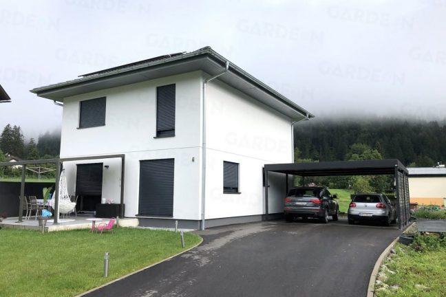 Das moderne Doppelcarport von Gardeon bei einem Familienhaus