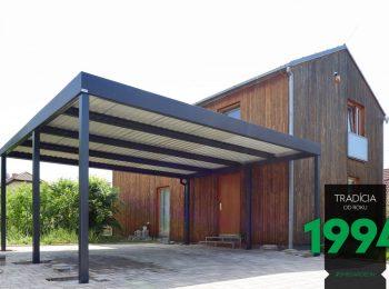 Modernes GARDEON Carport aus Stahl neben einem Holzhaus