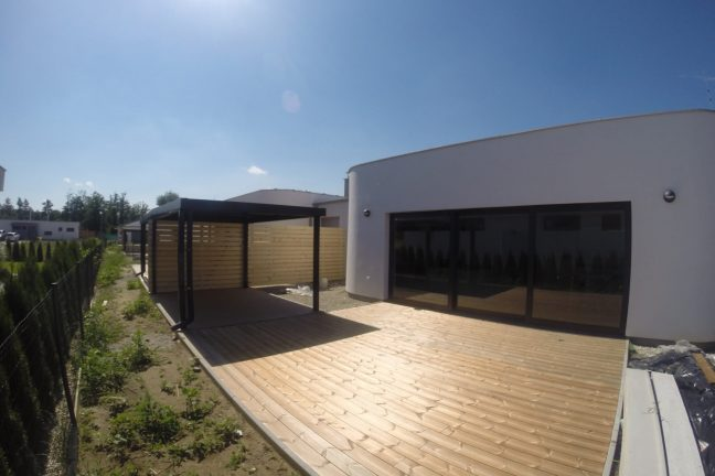 Design-Carport in RAL 7016 bei einem modernen Haus