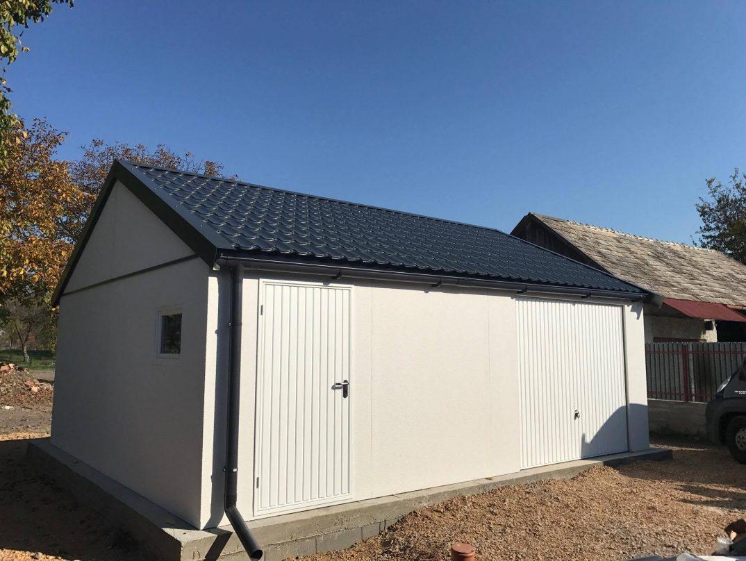 Eine atypisch gestaltete Garage mit Satteldach