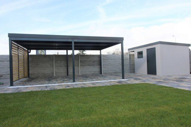 Eine montierte Pergola mit einem Gartenhaus von GARDEON