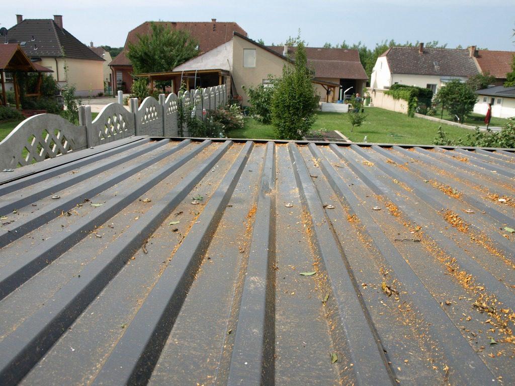 Die Dachdeckung an einem beschädigten Gartenhaus