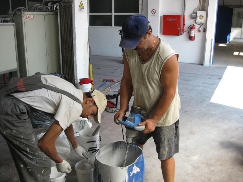 Zement in der Garage mischen