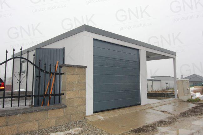 Eine Einzelgarage in licht-grau mit einer Überdachung links