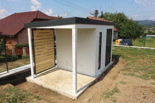 Ein wartungsfreies Häuschen mit einer Überdachung mit den STANDARD Wandausfüllungen