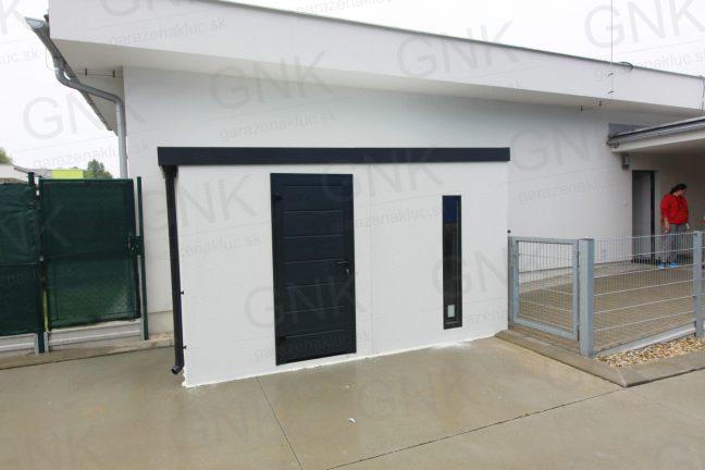 Ein wartungsfreies Häuschen in weiß mit einer gedämmten Tür von Hörmann in anthrazit