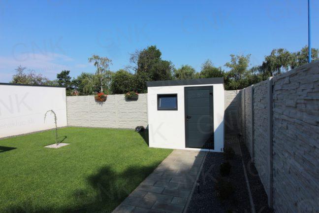 Ein modernes weißes Gartenhaus mit Zubehör in der Farbe anthrazit