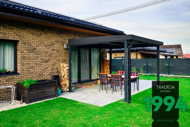 Design-Pergola GARDEON neben einem Familienhaus mit Walmdach