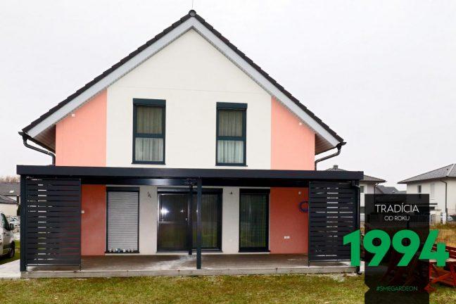 Stahlpergola von GARDEON mit einem Flachdach an einem Familienhaus mit Satteldach