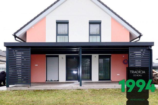Moderne Stahlpergola bei einem traditionellen Familienhaus mit Satteldach